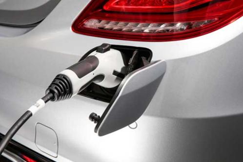 Vehiculo electrico recargando