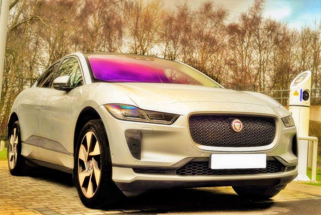 Jaguar IPace junto a Cargador