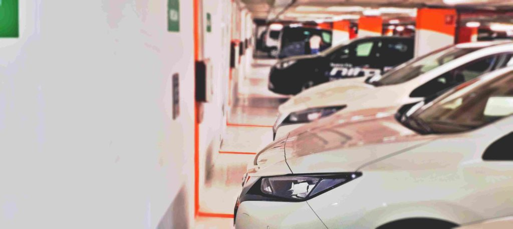 Coches electricos en parking