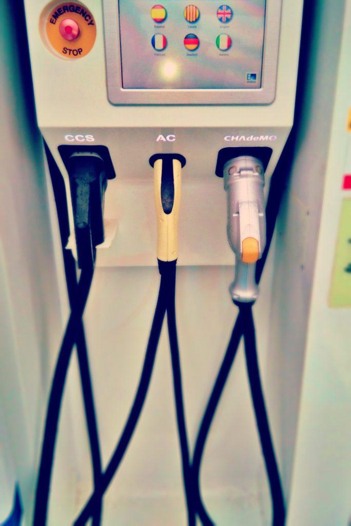 multiples conectores para cargar coches eléctricos