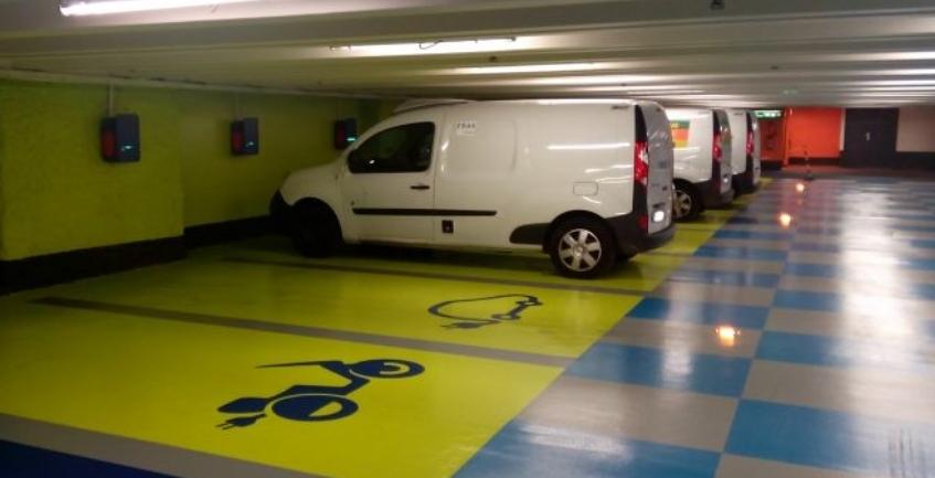 Parking con punto de recarga para coche eléctrico