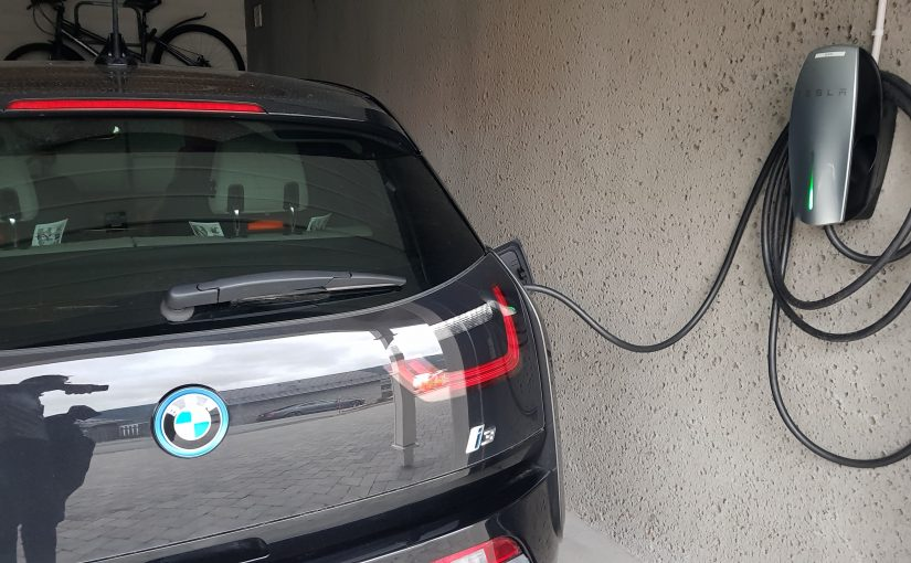 Wall Connector de TESLA Recargando BMW i3