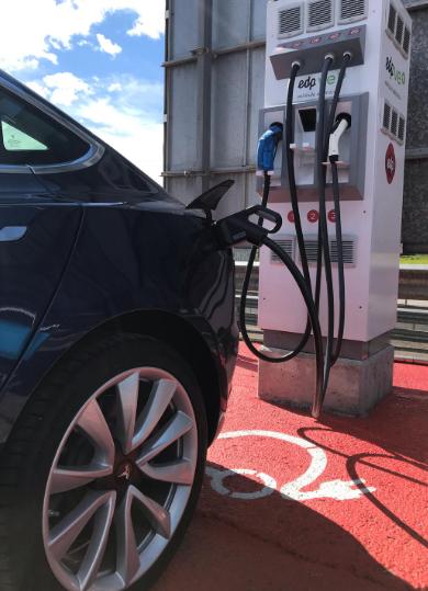 Tesla Recargando en Cargador Rápido de EDP modelo de EFACEC